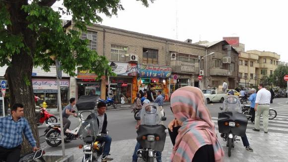 نشانه ها و کاربری بناها : مطالعه میدانی میدان بهارستان